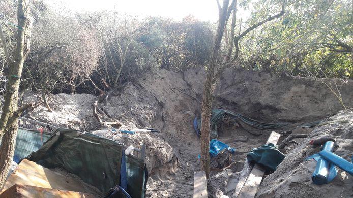 Het uitgegraven kampje van de dakloze man in duinen tussen Kijkduin en Monster.