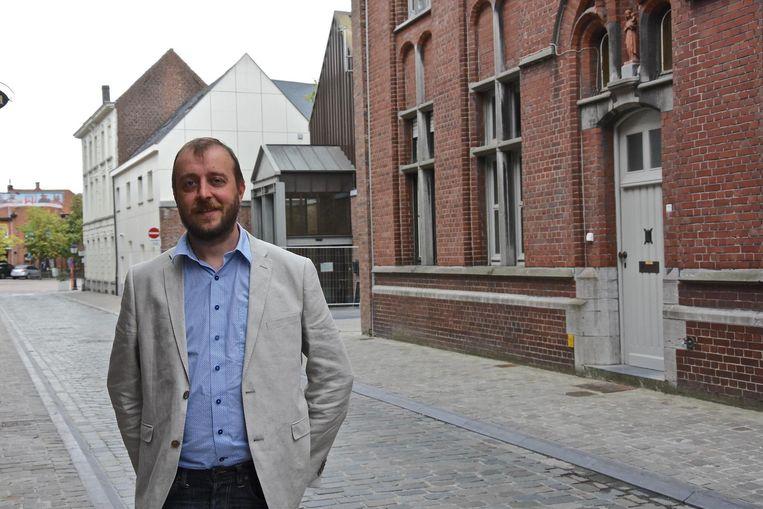 Schepen Philippe Deleu, met rechts Home Gryson en achter hem het stadhuis.
