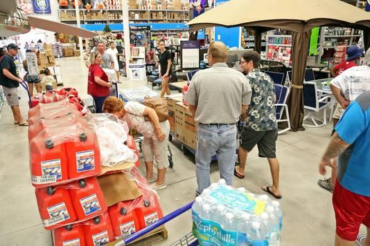 Inwoners van Florida slaan extra drinkwater en generators in.