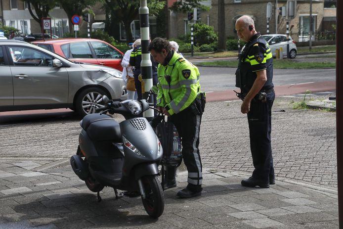 Ongeluk tussen auto en scooter op de Hertogensingel in Oss.