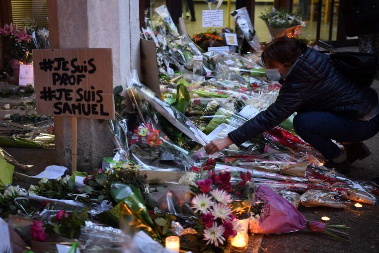 Bloemen voor de vermoorde Samuel Paty Beeld AFP