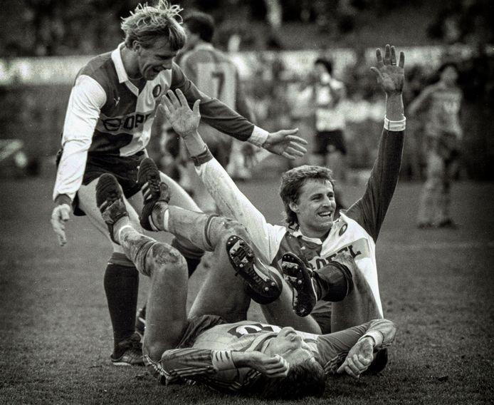 Peter Houtman heeft zojuist het winnende doelpunt gemaakt in de bekerfinale van 1984 tegen Fortuna Sittard. André Hoekstra is als eerste bij de maker van het enige doelpunt in de wedstrijd.