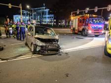 Auto in gruzelementen na rammen verkeerspaal in Breda, inzittende met spoed naar ziekenhuis
