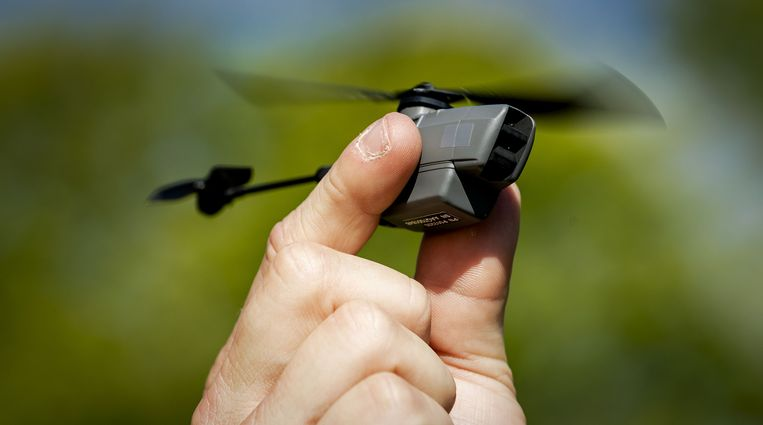 Het Nederlandse leger zet sinds dit jaar de Black Hornet in. De drone van achttien gram wordt gebruikt door verkenningseenheden van de landmacht.