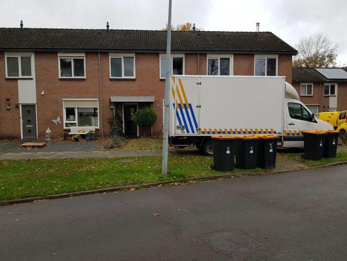 De politie heeft vanmorgen aan de Eikenlaan een wietplantage in een tussenwoning aangetroffen en ontruimd.