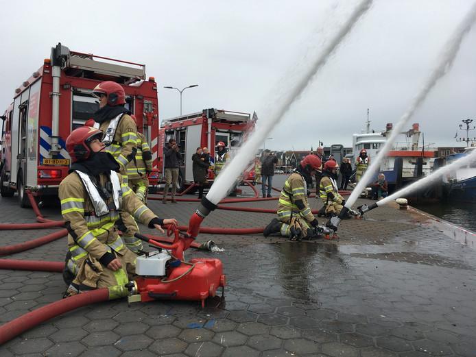 Een demonstratie van de brandweer op Urk.