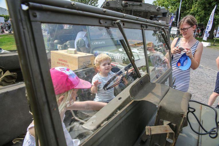 Annabel en Theo Lambrecht mochten even in een jeep zitten.