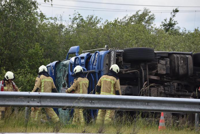 De gekantelde vrachtwagen zorgde ervoor dat de A32 bij Meppel gedeeltelijk werd afgesloten.