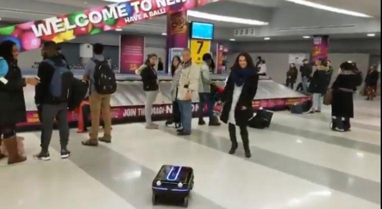 De koffer volgt zijn eigenaar als een hondje.