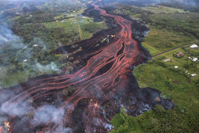 De lava uit de Kilauea Vulkaan stoomt naar lager gelegen delen in Hawaii.