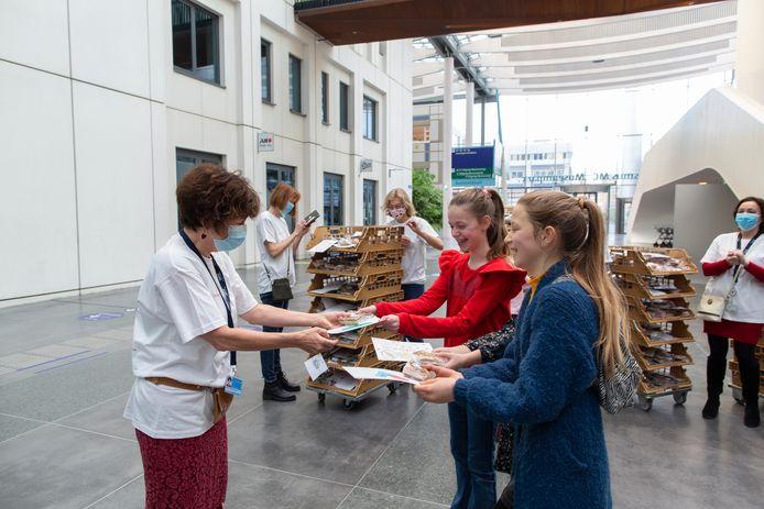 De kinderen verrassen het verplegend personeel van het Erasmus MC.