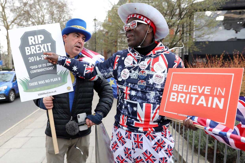 Anti- en pro-Brexitbetogers stuiten op elkaar voorafgaand aan een stemming in het Lagerhuis, maart vorig jaar. Beeld null