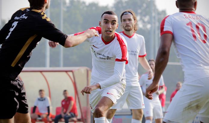 Karim Dairaa (midden, voorgrond) in actie voor zijn vorige club DESO. Hij keert terug bij Alverna.