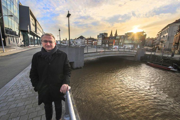 Gemeenteraadslid Marc Lemaitre vraagt om de brug te laten verhogen, zodat plezierbootjes door de stad kunnen varen.