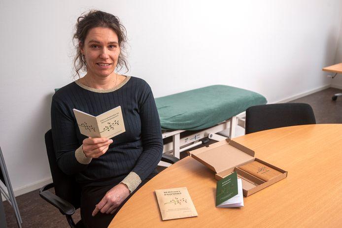 Geriater Ester Bertholet met de Nederlandse editie van haar behandelpaspoort.