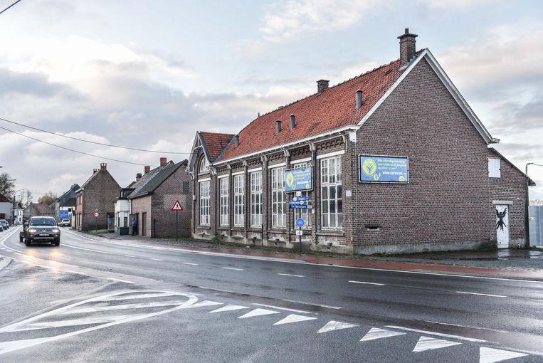 De oude gemeenteschool moet plek ruimen voor parkeerplaatsen.