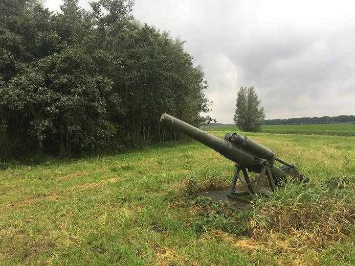Het luchtdoelkanon uit de Tweede Wereldoorlog staat nu nog in de polder van Lage Zwaluwe. Op zijn nieuwe plek moet het kanon straks beter te zien zijn.