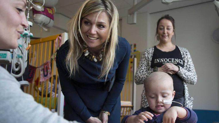 Koningin Maxime krijgt een rondleiding tijdens een werkbezoek aan het Koningin Maxime Centrum voor Kinderoncologie. Beeld anp