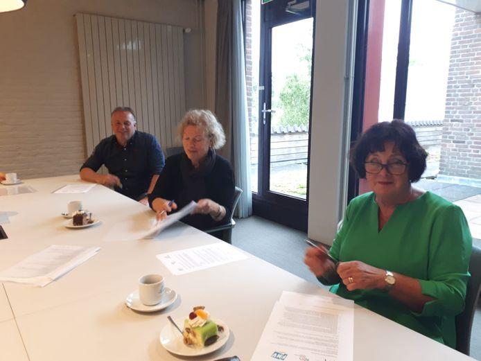 De ondertekening van het convenant tussen SPH, Mikz en de gemeente Heusden. Links wethouder Peter van Steen.