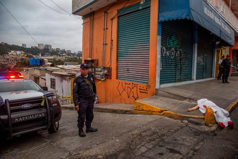 Een slachtoffer van een roofmoord ligt op straat in het Mexicaanse Naucalpan . Beeld NurPhoto via Getty Images