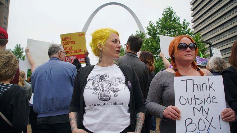 Vrouwen vragen zich af waar politici zich mee bemoeien. 'Denk buiten mijn doos', stelt deze demonstrante.