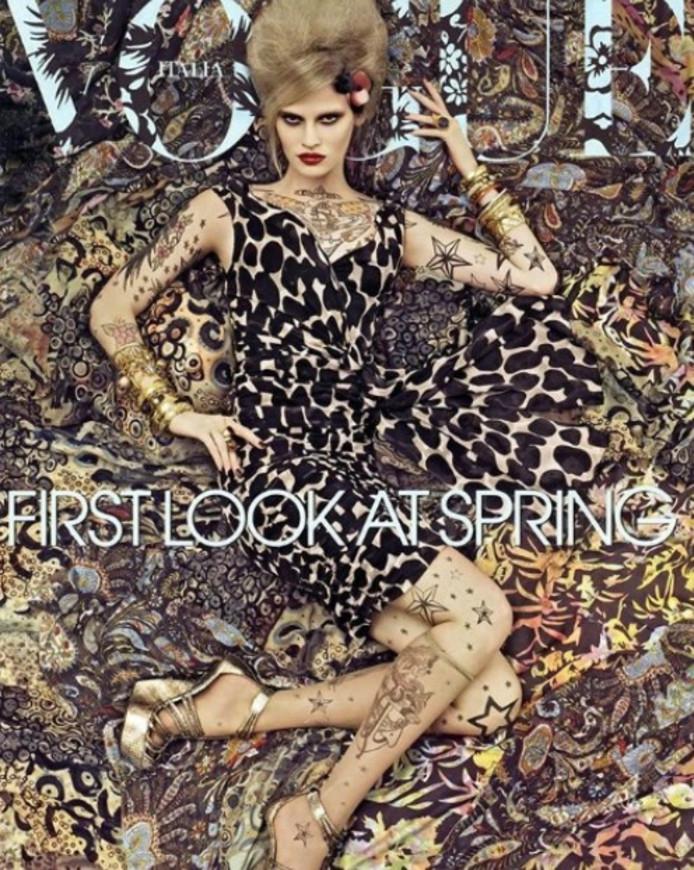 Lara Stone laat vast zien hoe ze er op de cover van Vogue uitziet.