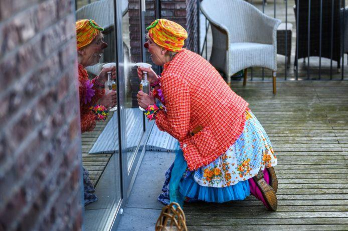 Clown Toet alias Carla Buntsma  'zeemt de ramen' bij Wijdezorg in het gebouw Kaleidoscoop in Nieuwkoop en legt zo toch contact met de bewoners.