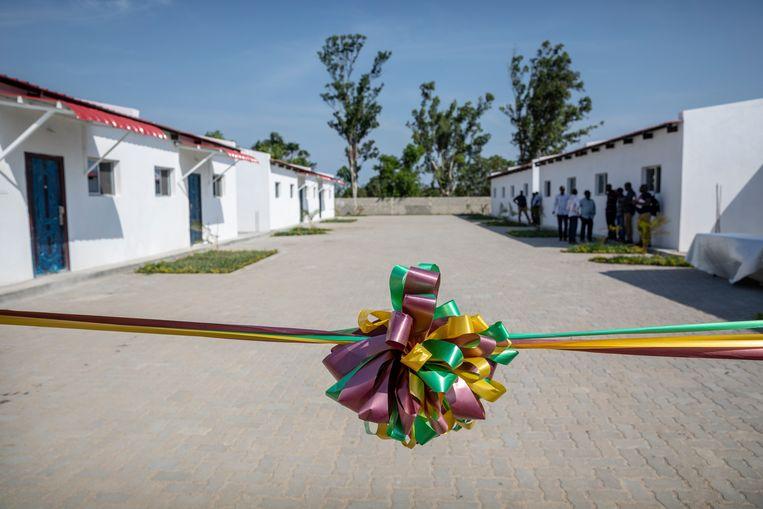Een door internationale donoren gefinancierd pilot project is klaar om geopend te worden. In het woningencomplex kunnen mensen worden gehuisvest die nu in de lager gelegen sloppenwijken leven.   Beeld Sven Torfinn
