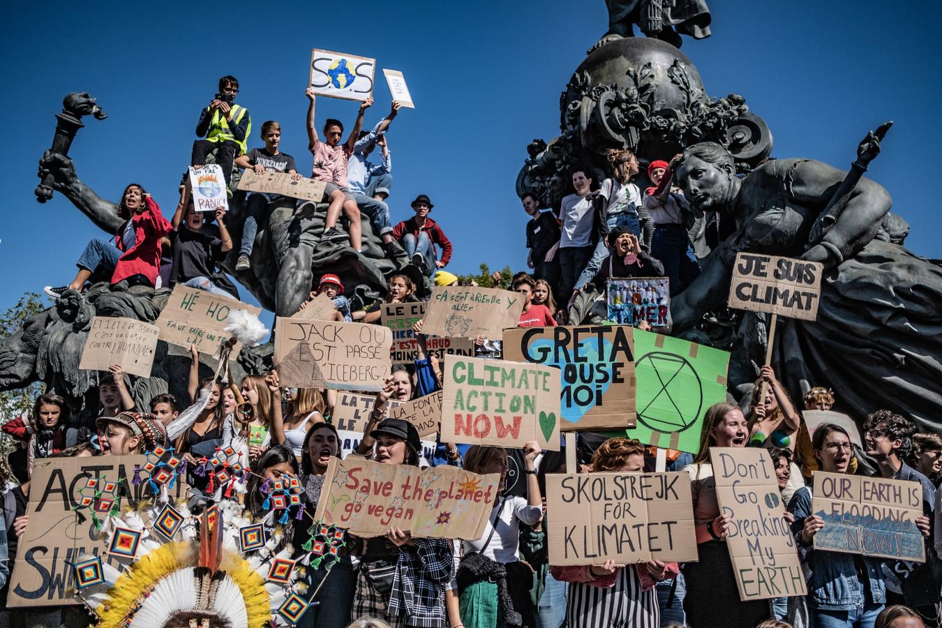 Duizenden studenten en demonstranten stroomden vandaag door de straten van Parijs om deel te nemen aan de Global Strike Day om te protesteren tegen de wereldwijde klimaatverandering.