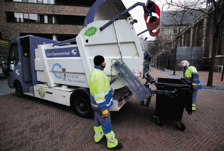Afvaldienstverlener Van Gansewinkel verzamelt het bedrijfsafval in de binnenstad van Rotterdam vanaf vandaag met een elektrische vuilniswagen. Het is volgens het bedrijf de eerste elektrische vrachtwagen in de afvalbranche. (FOTO ARIE KIEVIT) Beeld