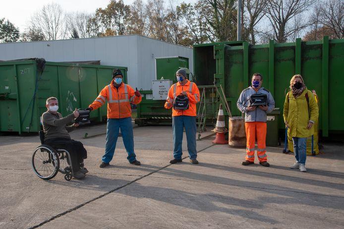 Raadslid Jan Tondeleir en schepen Katrien Claus brachten cadeautjes voor het personeel van het containerpark in Wetteren.