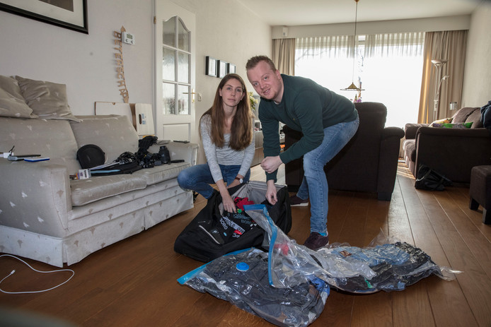 Maick Coolen en vriendin Iris Kemps pakken voor vertrek naar Nieuw Zeeland.