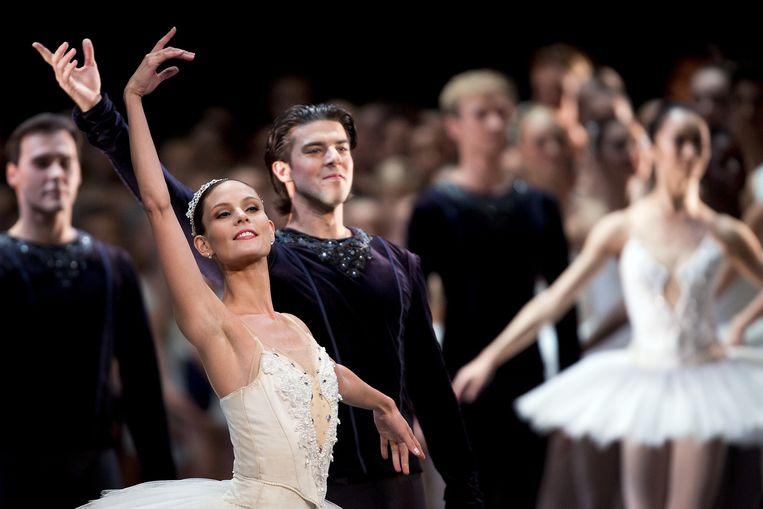 Igone de Jongh en Casey Herd, eerste soliste van het Nationale Ballet, tijdens de exclusieve gala-opening van het nieuwe theaterseizoen in het Muziektheater, in 2013. Beeld anp