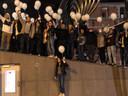 Vrienden van Xandro hielden een herdenkingsmoment in Kortrijk met witte ballonnen.