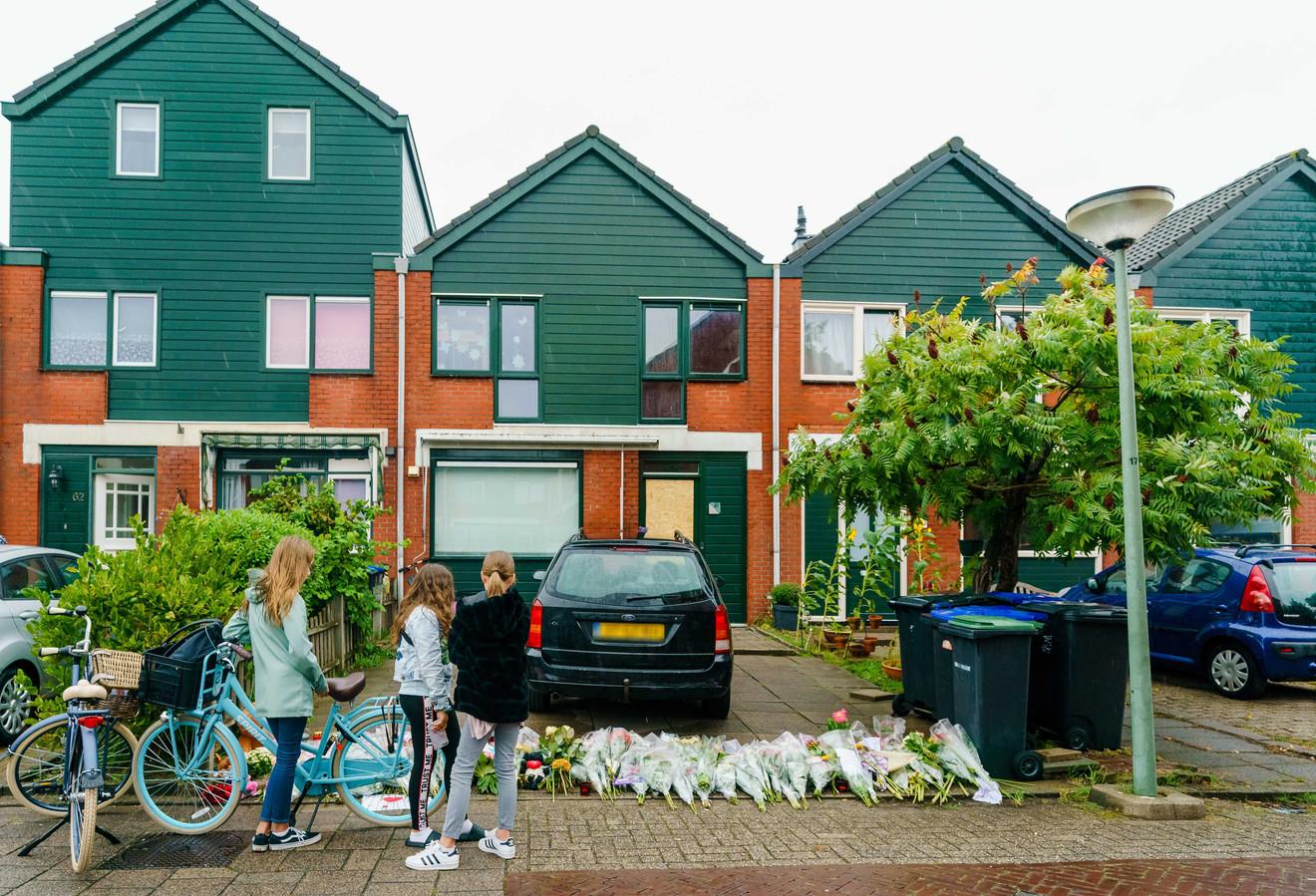 Bloemen en knuffels bij de woning op de Heimerstein waar het schietincident plaatsvond.