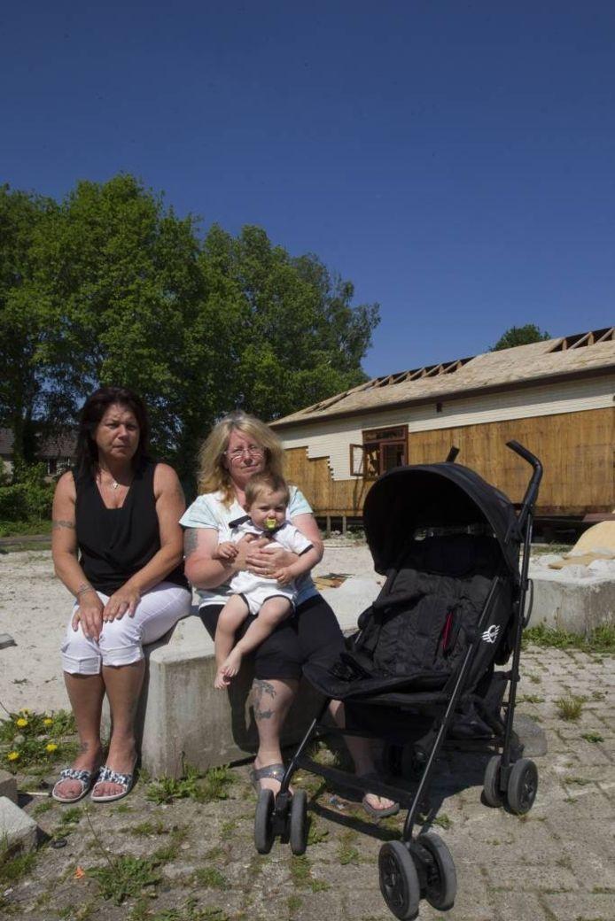 Dina en Mieke Hulzing met kleinkind op de Brestlaan. Ook zij willen dat hier ruimte beschikbaar blijft voor hun familie. foto Kees Martens/fotomeulenhof