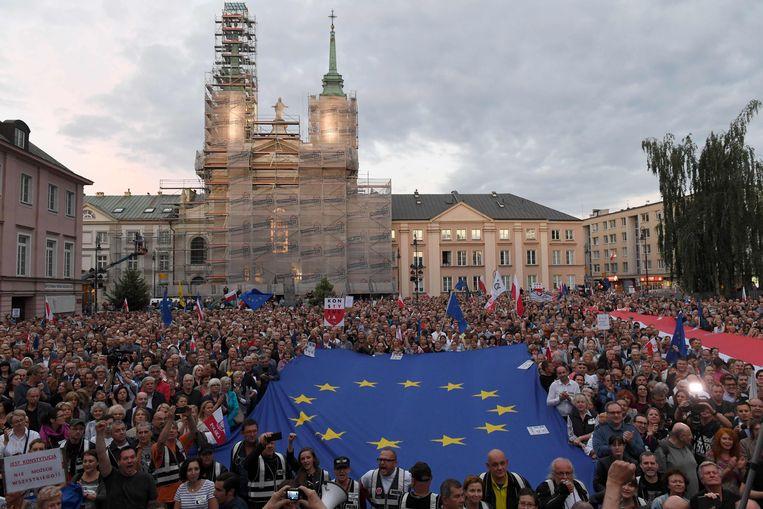 Poolse demonstranten gaan in juli 2018 de straat op om steun te betuigen aan hoge rechters. Beeld AFP