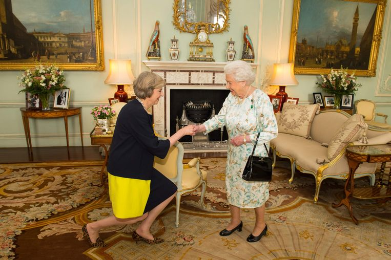 Theresa May als nieuwe leider van de Conservatives op bezoek bij Queen Elizabeth in 2016. Beeld AFP