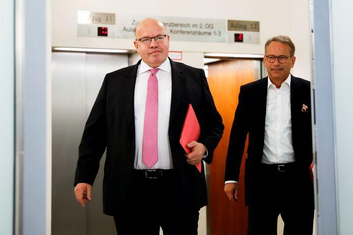 De Duitse Economie-minister Peter Altmaier (l) en staatssecretaris Ulrich Nussbaum onderweg naar hun persconferentie over de reddingsoperatie van 9 miljard euro.