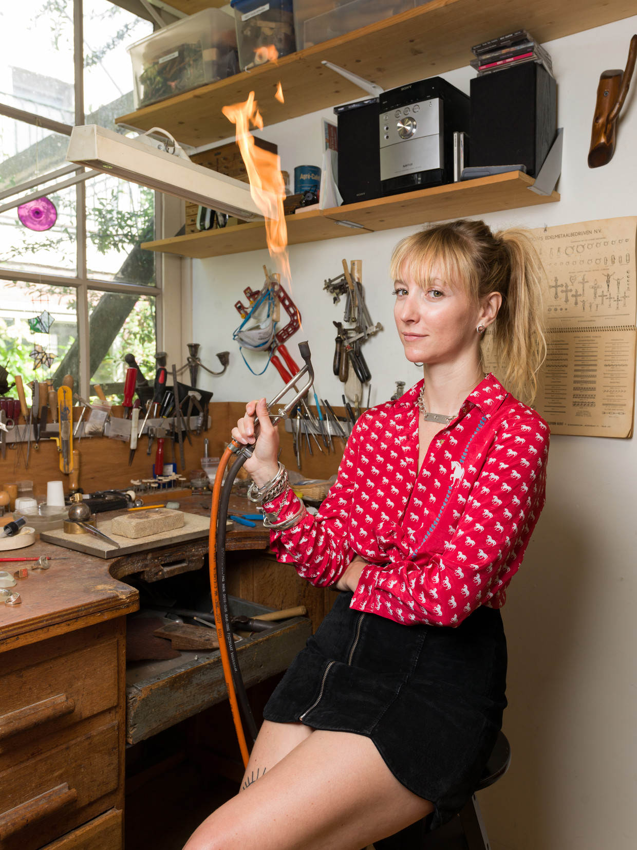 Sieradenmaker Cristel Ball op haar werkplek in Hoorn.