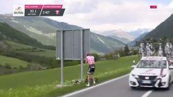 Opschudding in Giro: roze trui Dumoulin gooit fiets weg en doet behoefte naast weg