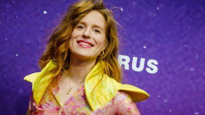 'Hou Je Bek en Bef Me'-zangeres Merol staat op podium Gouden K's