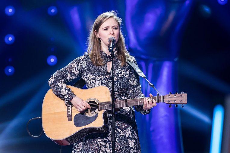 Marcia Pareijn met gitaar.