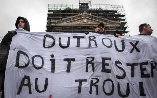 Demonstranten bij het gerecht in 2013, met een spandoek: 'Dutroux moet in de nor blijven'.