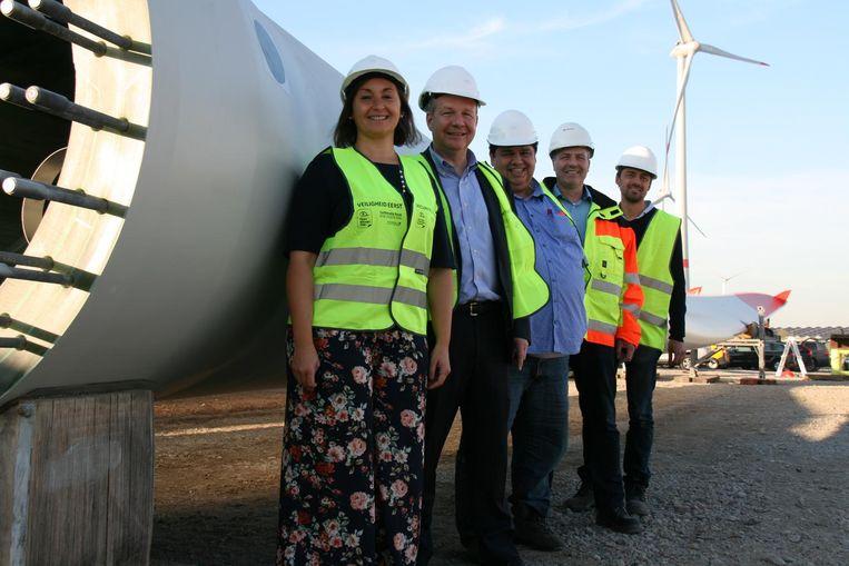Onder het goedkeurende oog van milieuschepen Nabilla Ait Daoud werd de overeenkomst ondertekend door CEO David Daggelinckx, Ben Simons, Bernhard Fink van Enercon en projectmanager Christian Block.