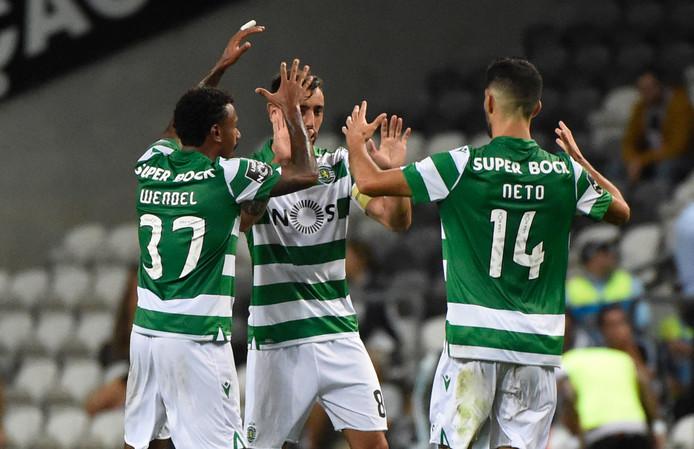 Middenvelder Bruno Fernandes viert een goal met Wendel (links) en Luis Neto tijdens een duel met Boavista.