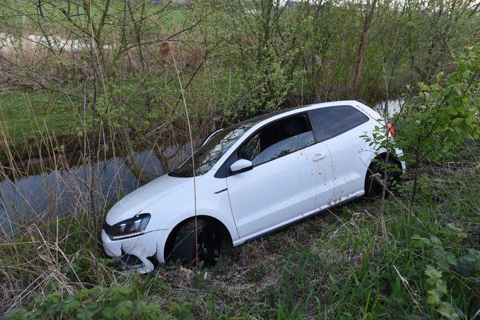 De auto kwam vlak voor de sloot tot stilstand.
