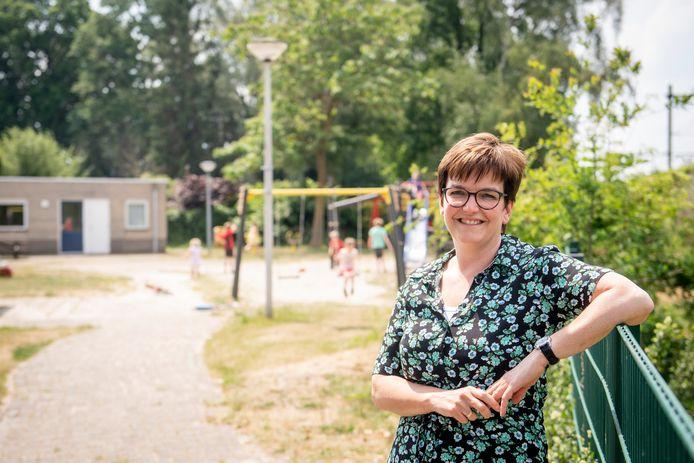 Esther Reinders bij het deel van de speeltuin dat mogelijk wordt verkocht aan vier aanwonenden. De buurt is echter mordicus tegen de halvering van de speeltuin.