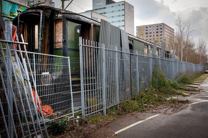 De wagon werd in 2014 naar Tilburg gehaald, maar staat al jaren buiten bij het station te verpauperen. Dat is nog niet het ergste: de buitenzijde van de wagon bevat Chroom-6 en de daklaag asbest.