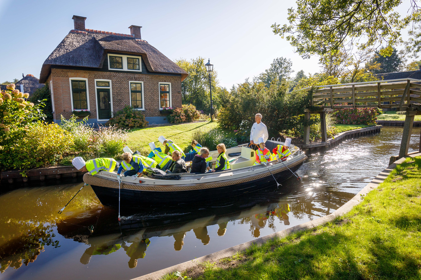 Van plastic soep naar groentensoep. Chefkok Martin Kruithof van De Lindenhof** in Giethoorn gaat met de jeugd De Wieden in om afval te ruimen en trakteert ze daarna op groentensoep uit eigen moestuin.